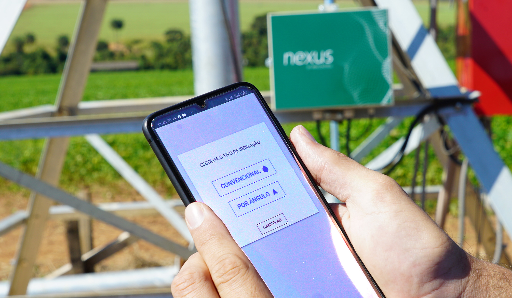 Funcionário segurando o smartphone conectado à plataforma.